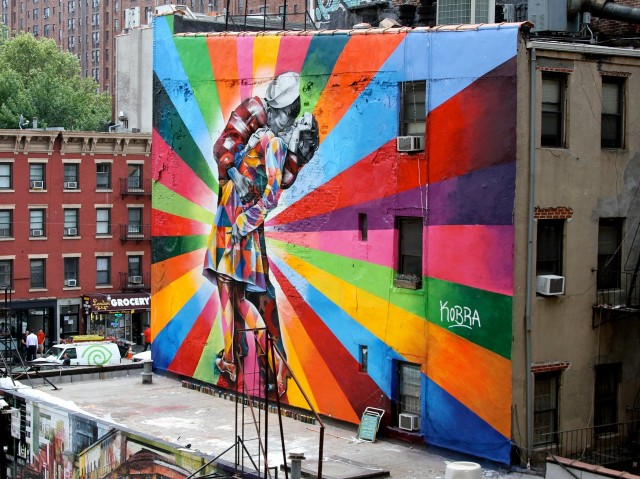 street-art-Eduardo-Kobras-mural-of-Alfred-Eisenstaedts-photo-Day-in-Times-Square-Chelsea-NYC-USA-d435
